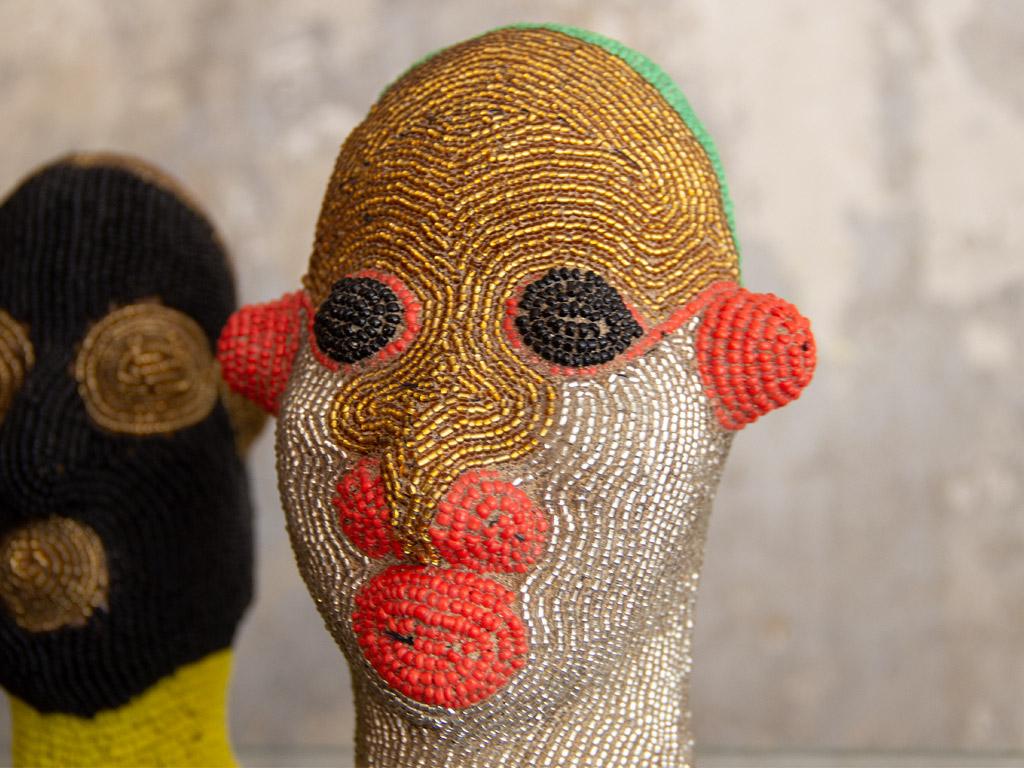 Dekorativer Köpfe hergestellt von verschiedenen Kunsthandwerkern aus der Süd-Sahara