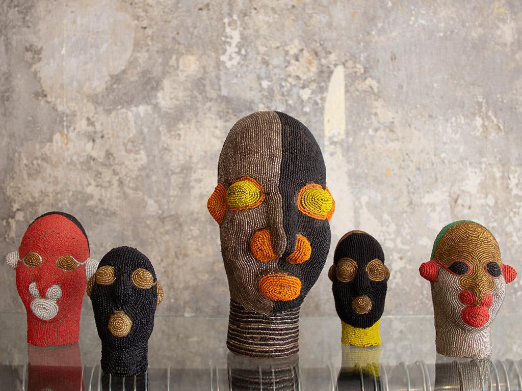 Gruppe dekorativer Köpfe von verschiedenen Kunsthandwerkern aus Afrika