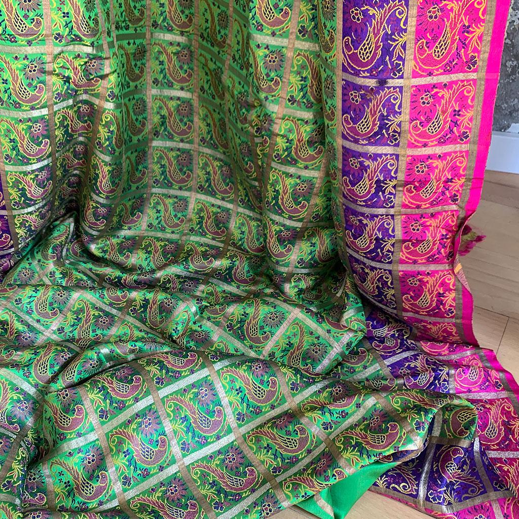 Farbentraumschöner Brokatsari aus Seidensatin in bunten Farben