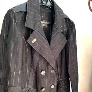 Dieses tolle Vintage-Stück aus schwarzem Baumwollgewebe mit feinen Linien ist sehr Couture