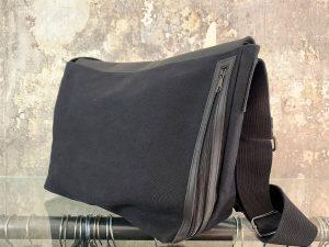 Leder-Canvas Handtasche von Oska, offen